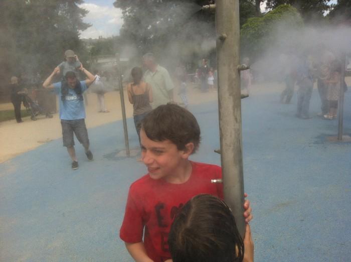 Nos dias quentes, as crianças se divertem com água vaporizada