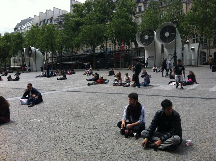 Turistas e artistas na esplanada do Beaubourg