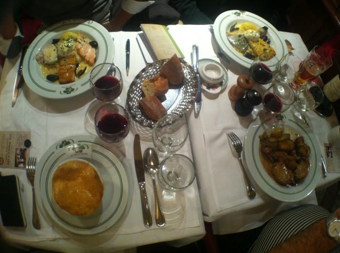 Mesa de restaurante em Paris