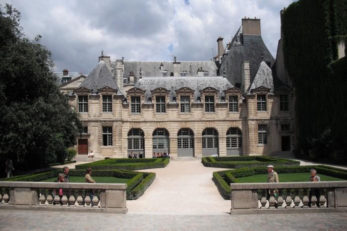 A Maison Victor Hugo e o Hotel de Sully, na Place des Vosges em Paris