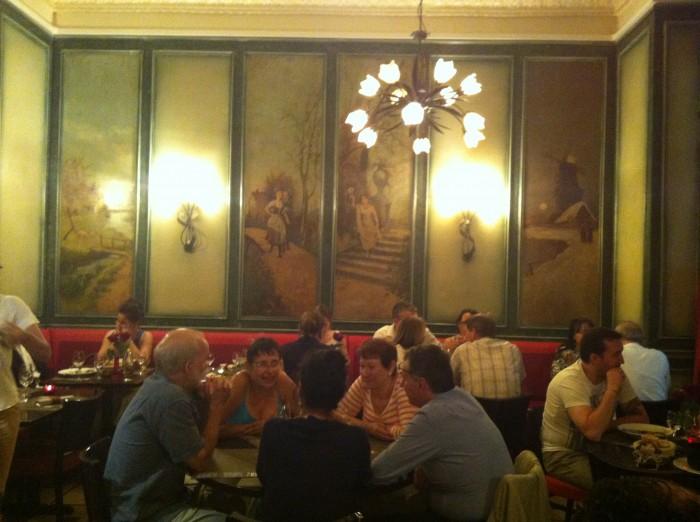 Amigos conversam em um restaurante parisiense