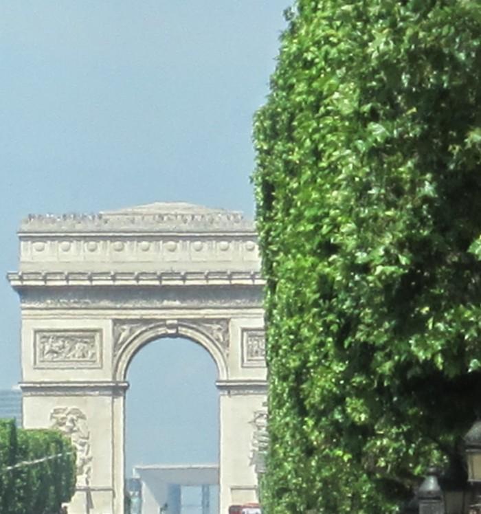 Arco do Triunfo, na Avenida Champs Elysées em Paris