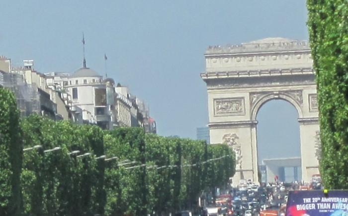 O Arco do Triunfo e a Avenida Champs Elysées