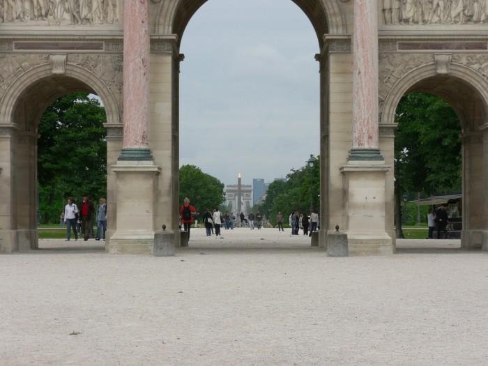 Vista do Arco do Triunfo a partir do Arco do Carroussel, no Louvre