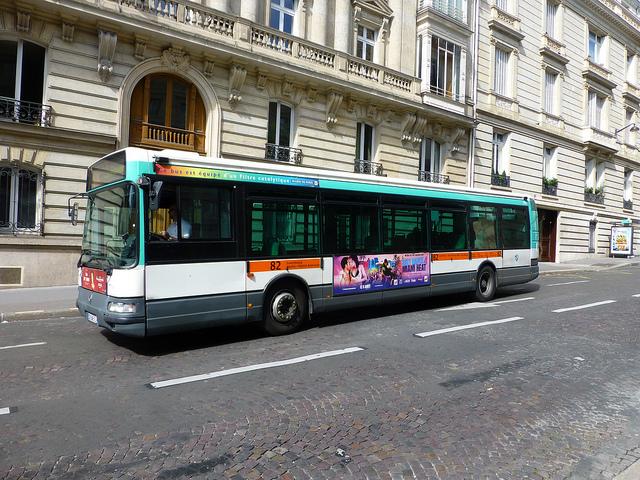Fora dos horários de pico, os ônibus de Paris costumam estar vazios.