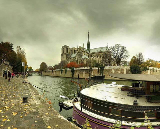 A catedral de Notre Dame, que fica na Île de la Cité, vista da margem esquerda do rio (rive gauche).