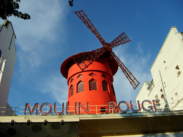 O famoso Moulin Rouge de Paris.