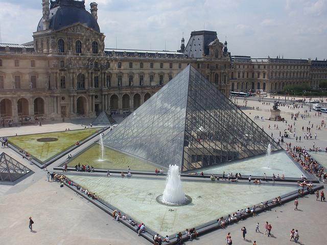A Pirâmide do Louvre, entrada principal do museu
