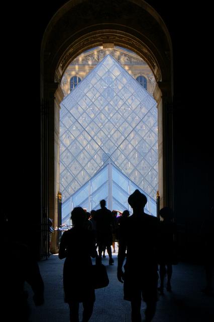 Duas das cinco pirâmides de vidro do Louvre