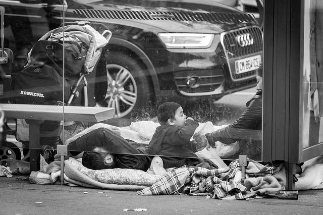 Família se usa abrigo de ônibus como moradia, em Paris.