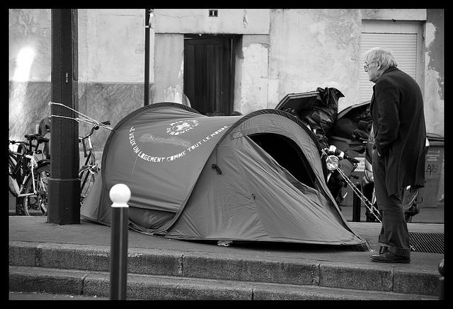Sem teto acampado nas ruas de Paris.