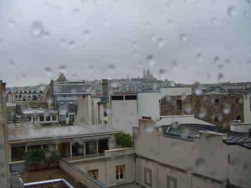 Céu cinza e chuva em Paris