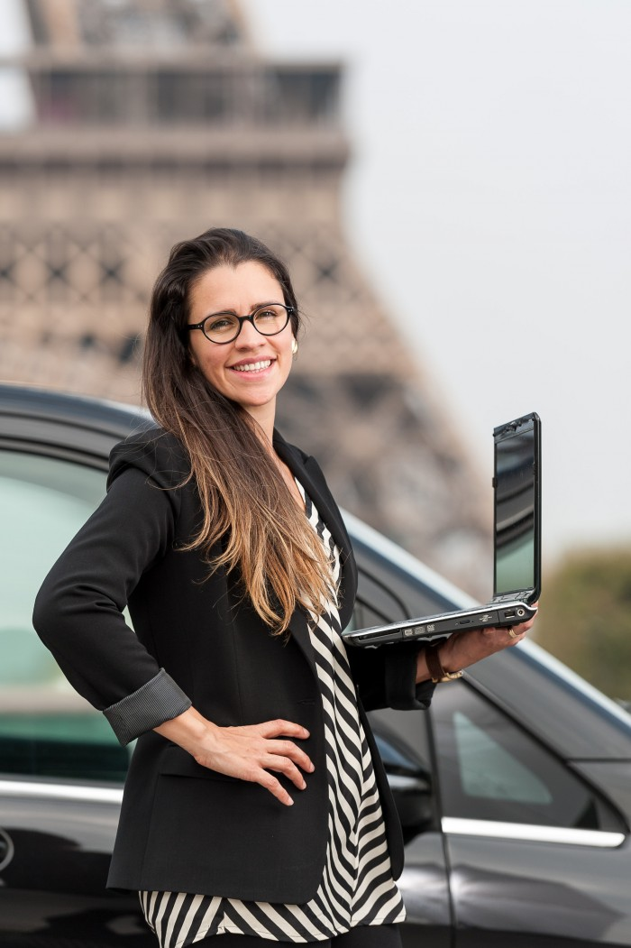 Priscila, responsável pelo atendimento aos clientes da empresa França Entre Amigos