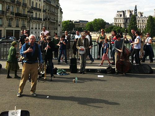 Banda de música de se apresenta na Pont Saint-Louis