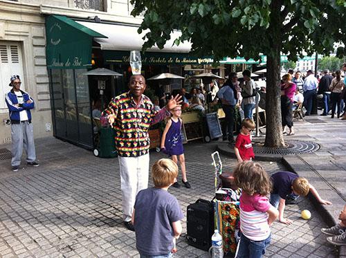 Acrobata diverte as crianças na Île Saint-Louis
