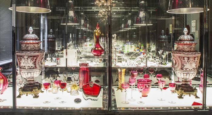 Peças em Baccarat expostas na galeria-museu da marca, em Paris.