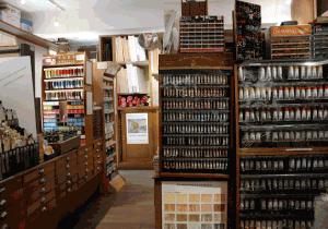 Loja histórica para compra de tintas em Paris