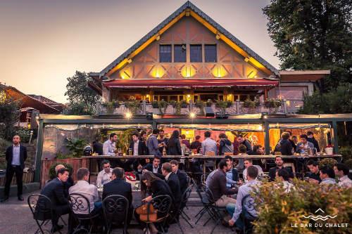 Bar externo ao anoitecer (foto retirada do site oficial do restaurante)