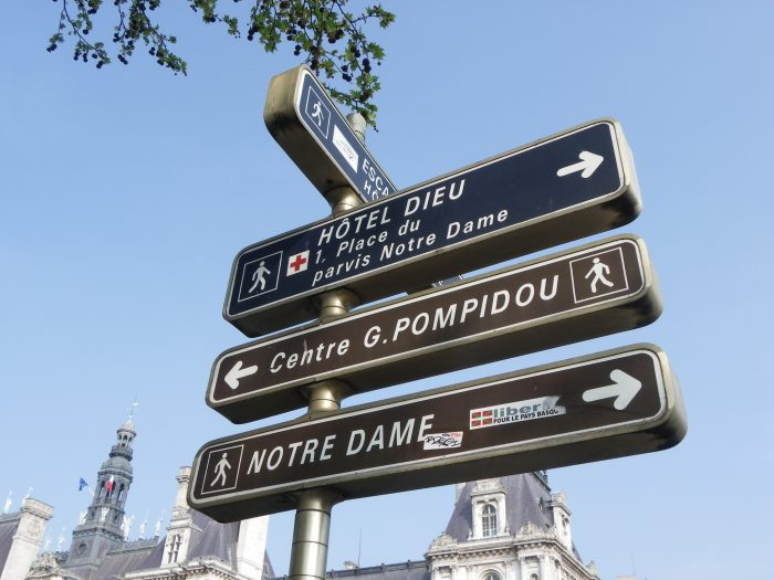 Placa com sinalização do hospital público Hotel Dieu, em Paris.