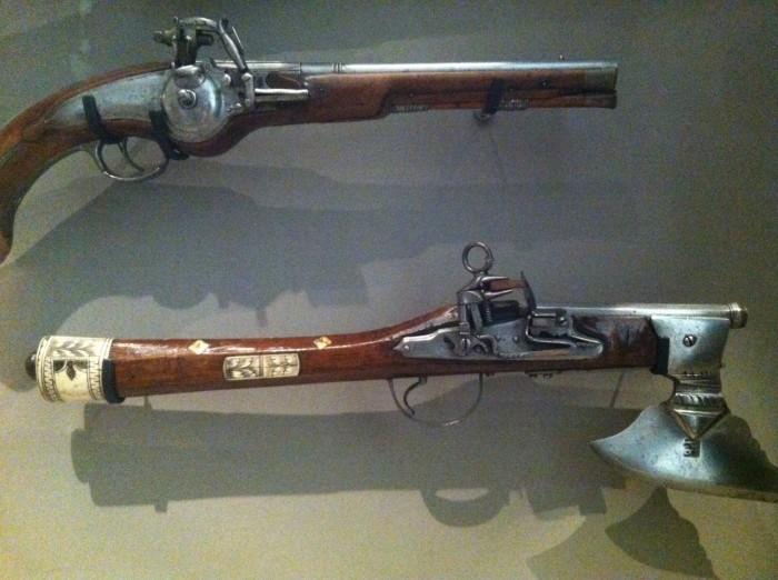 Armas expostas no Musée des Invalides, em Paris