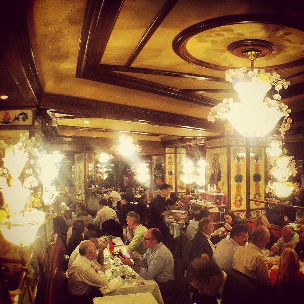 Interior de brasserie em Paris