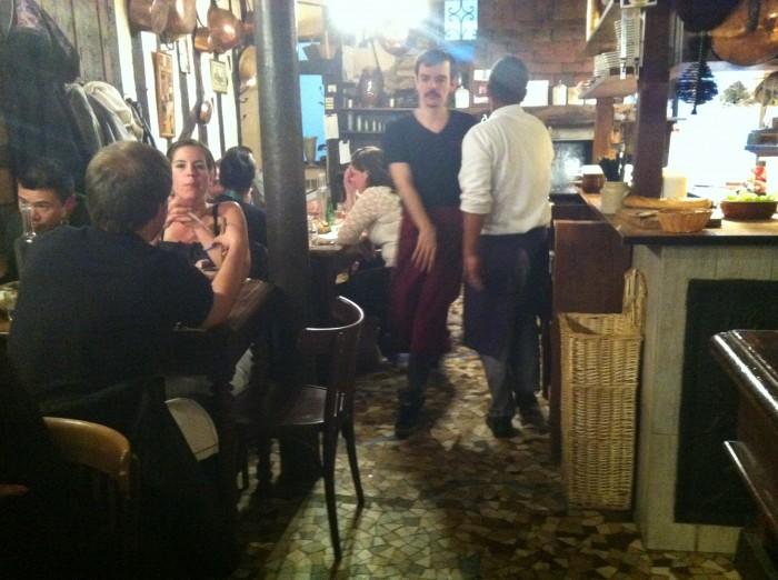 O pequeno salão do restaurante Robert et Louise