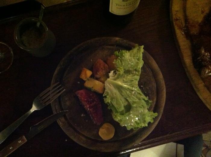 Entrecôte de boi, batatas e salada. Mais simples e gostoso, impossível.