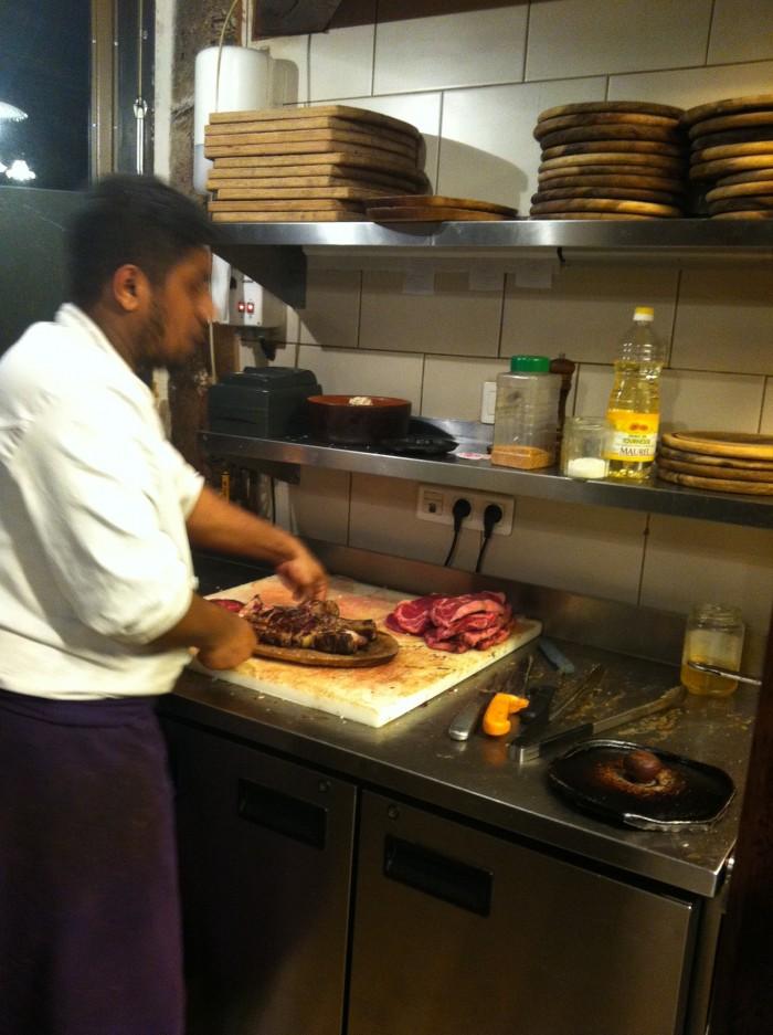 Depois de assadas, as carnes são cortadas e vão direto para as mesas