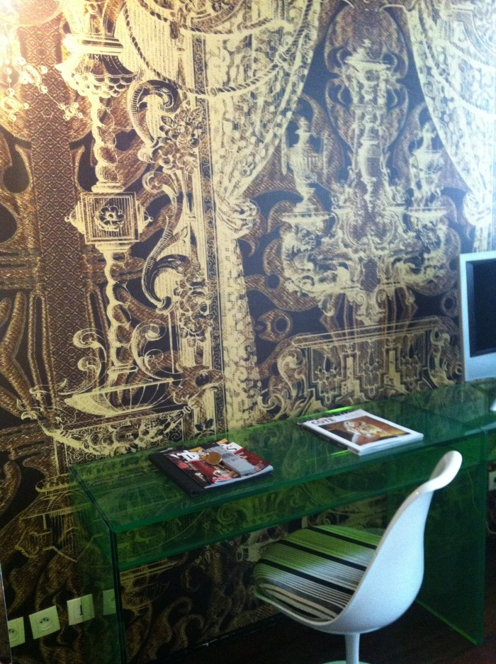 Papeis de parede do quarto do Hotel du Petit Moulin, em Paris