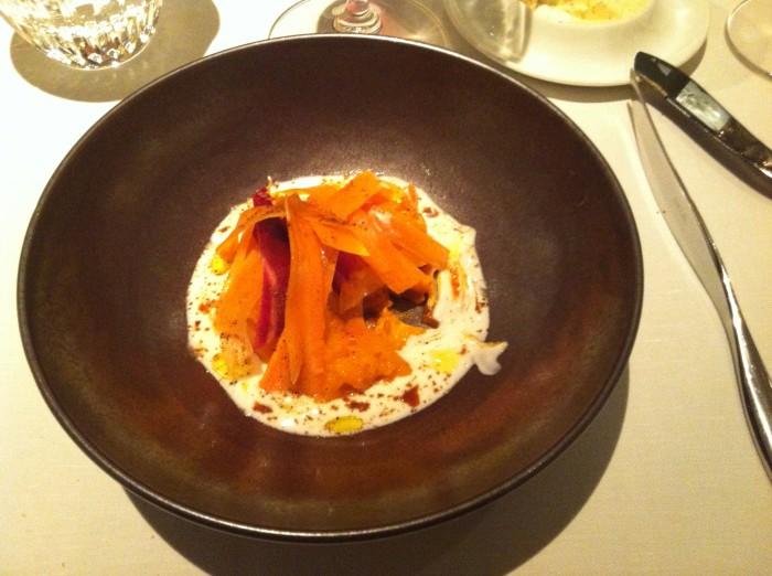 Cenouras com molho a base de flor de laranjeiras e pimenta