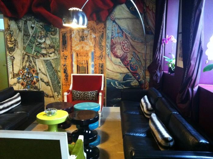 A recepção do Hotel Le Petit Moulin, em Paris