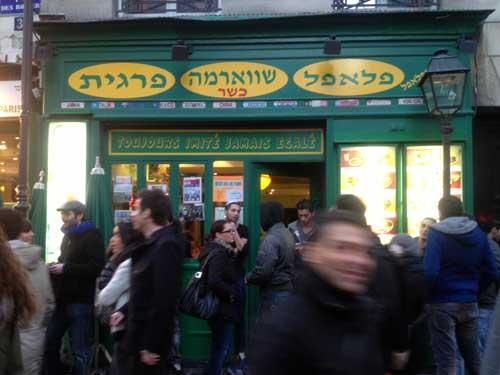 Multidão em frente ao As du Falafel, na rue des Rosiers