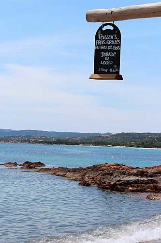 Pequeno restaurante à beira mar