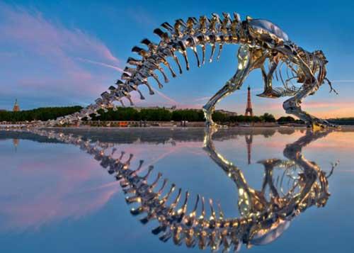 Dinossauro nas margens do Sena