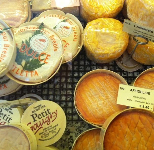 Queijos à venda em uma fromagerie