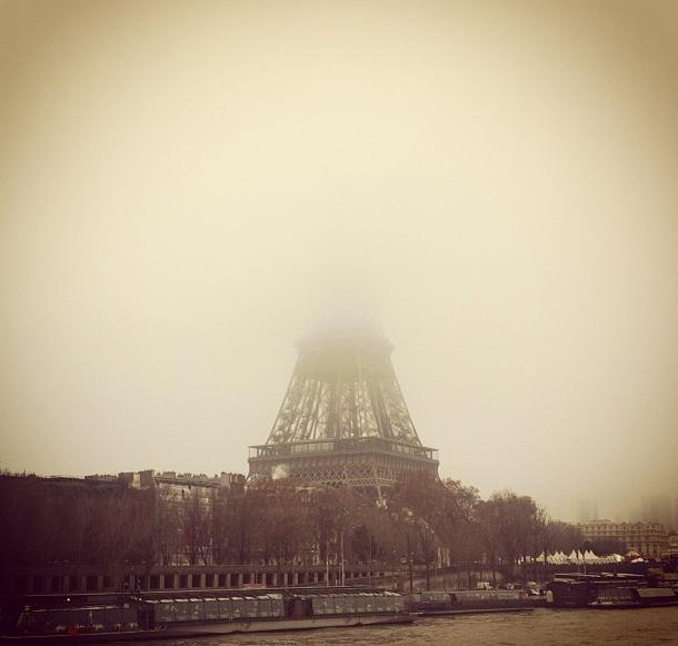 Torre-Eiffel escondida pela bruma