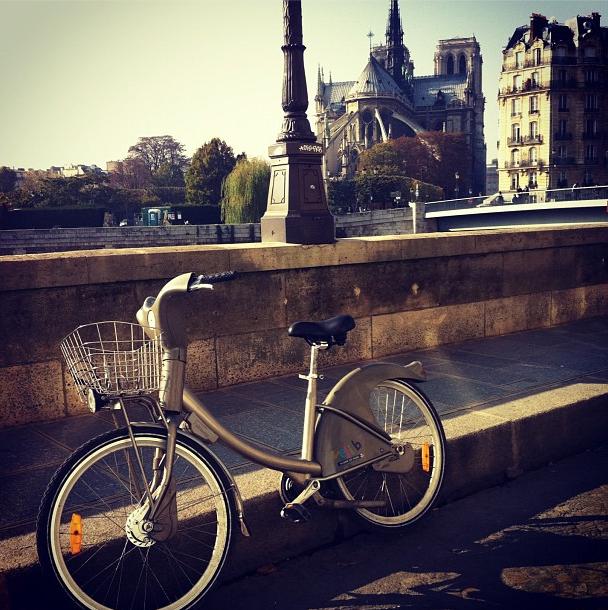 Vélib parado na Ilha Saint Louis, em frente à Notre Dame
