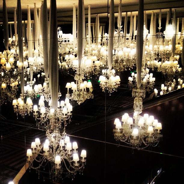 Luminárias de cristal no Royal Monceau, uma dos hotéis desenhados por Philippe Starck