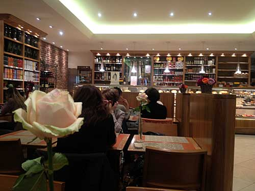 Bread & Roses ao lado da loja Hermés do faubourg.