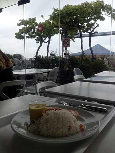 Salmão, arroz com amêndoas e molho curry