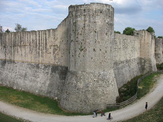 As imensas muralhas da cidade.
