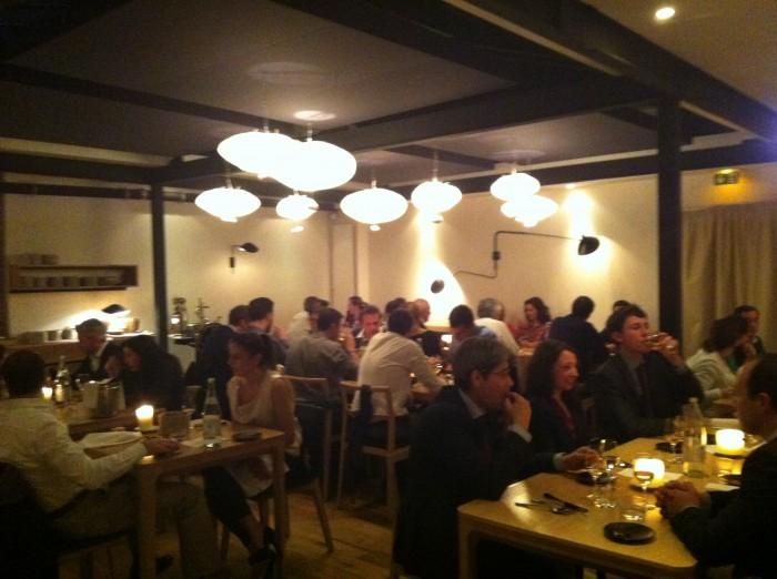 O salão do restaurante Saturne