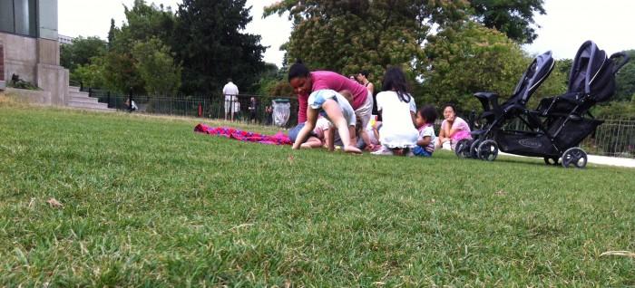 Crianças, mães e babás no Jardin des Plantes
