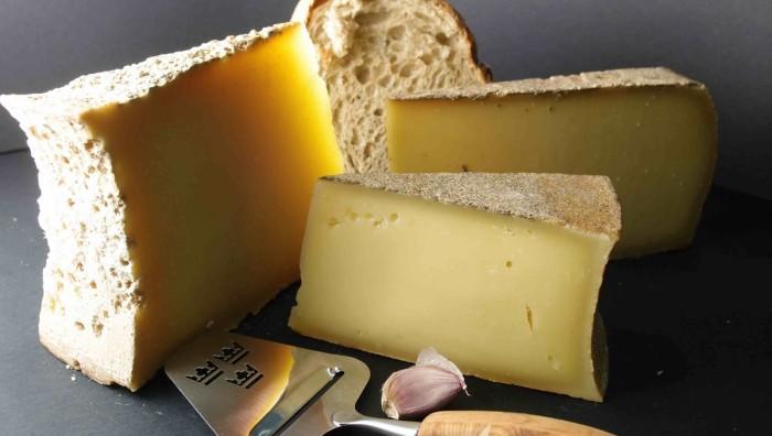 Corte ou rale ou queijos antes de derretê-los