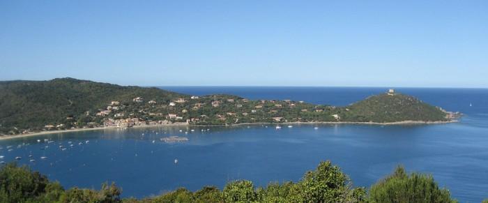 Praia de Campomoro, com sua torre genovesa no alto da colina. Foto de Houbazure no Flickr