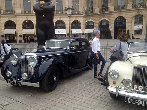Carro e proprietária: o mesmo perfil elegante, não?