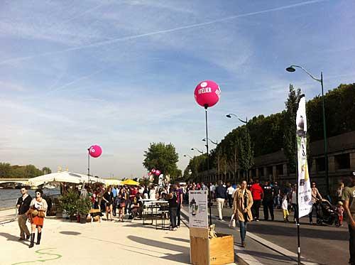 Feira de produtos locais nas margens do Sena