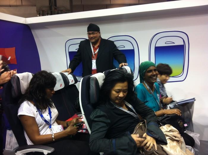 Jornalistas experimentam as novas cadeiras da classe econômica