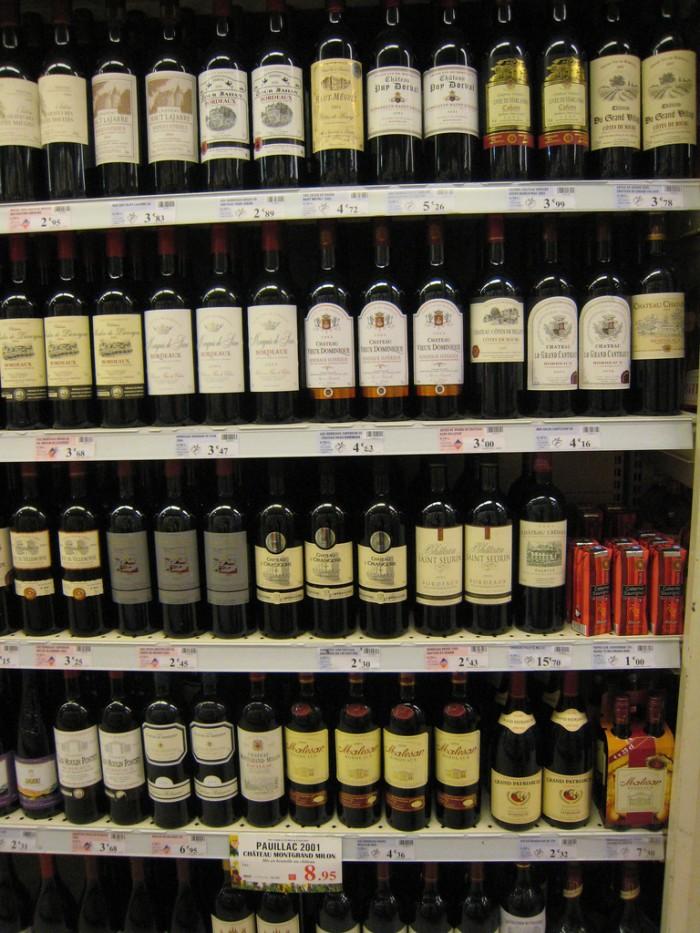 Gôndola de vinhos no supermercado em Paris.