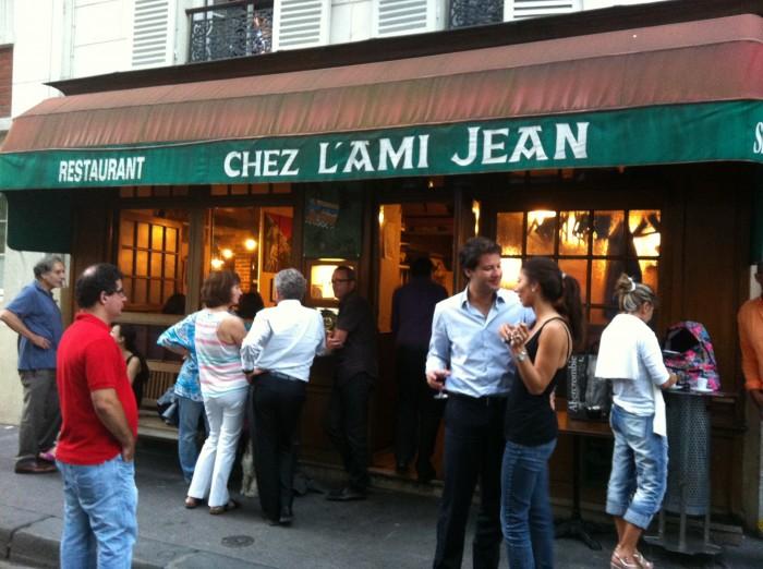 Sempre lotado, clientes aguardam suas mesas em frente ao restaurante